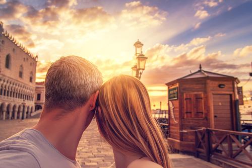 Paar in Venedig schaut sich den Sonnenaufgang an